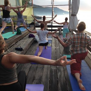 Yoga i soluppgången på Samayoga Lärarutbildningen